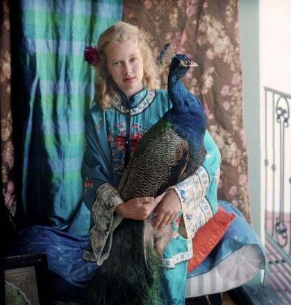 Lexie con il pavone© Aline Smithson